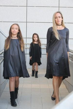 שמלה מבד דמוי עור בשחור      mom & me        שמלות תואמות לאם ולבת