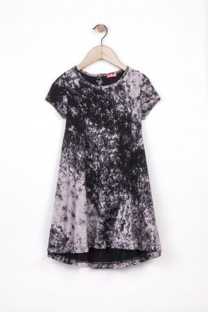 שמלה ילדות שחורה ומסתובבת  עם מריחות צבע למראה קולי