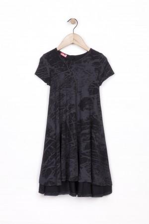 השמלה השחורה, לילדות